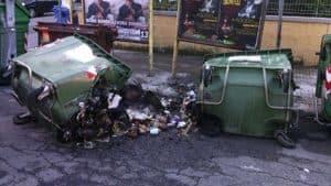 Cassonetti della spazzatura bruciati